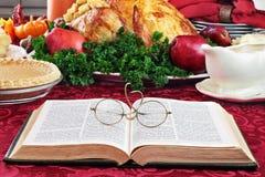 Biblia y cena del día de fiesta Imagen de archivo