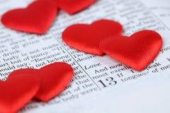 Biblia y corazones Imagenes de archivo