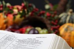 Biblia y cornucopia de la acción de gracias imagenes de archivo