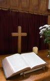 Biblia y cruz foto de archivo