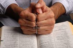 Biblia y cruz fotos de archivo