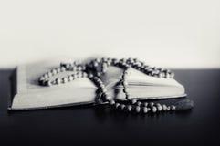 Biblia y el crucifijo en una tabla fotografía de archivo libre de regalías