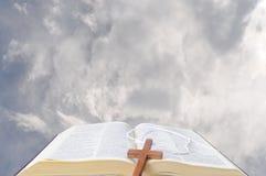 Biblia y los cielos Foto de archivo libre de regalías