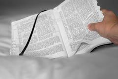 Biblia y mano Foto de archivo libre de regalías