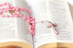 Biblia y rosario imagenes de archivo