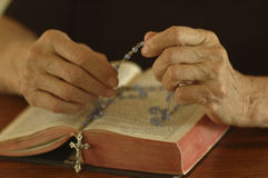 Biblia y rosario Foto de archivo libre de regalías