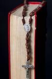 Biblia y rosario Imagen de archivo