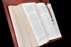 Biblia y rosario Fotos de archivo libres de regalías