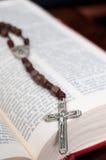 Biblia y rosario Imagen de archivo libre de regalías