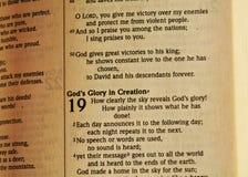 Biblia y texto de la creación, cierre para arriba fotografía de archivo