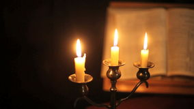 Biblia y velas de cacerola almacen de video