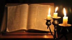 Biblia y velas de foco del estante almacen de video