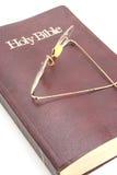 Biblia y vidrios viejos Imagen de archivo