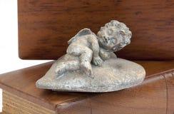 Biblias de Angel Atop Two Wooden Covered del estaño Imagen de archivo libre de regalías
