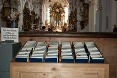 Biblias en iglesia romántica Fotografía de archivo