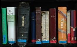 Biblias en muchos lenguajes Foto de archivo libre de regalías