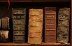 Biblias suecas antiguas en un estante fotos de archivo libres de regalías