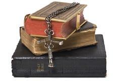 Biblias y cruz antiguas Imagenes de archivo