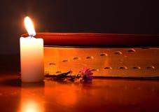 biblii świeczka zamykający światło zdjęcia stock