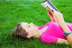 biblii dziewczyny czytać target3322_1_ nastoletni Obraz Royalty Free