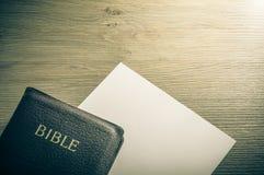 Biblii i białego papieru tło Obrazy Stock