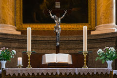 Biblii podium Religijnego Ołtarzowego cześć świętej księgi Wewnętrzny Kościelny b Zdjęcia Royalty Free
