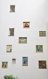 Biblijne plakiety lub rysunek na białej ścianie inside Begijnhof Amsterdam obrazy royalty free