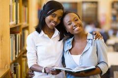 Biblioteca africana de las estudiantes universitarias fotografía de archivo libre de regalías