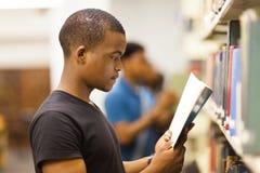 Biblioteca africana del estudiante universitario Foto de archivo libre de regalías