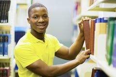 Biblioteca africana del muchacho de universidad Imágenes de archivo libres de regalías