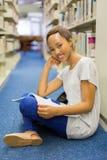 Biblioteca africana femminile dello studente Immagine Stock