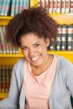 Biblioteca bonita de Smiling In University do estudante imagem de stock royalty free