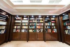 Biblioteca con el estante para libros en el hotel de Baltschug Kempinski Moscú Foto de archivo
