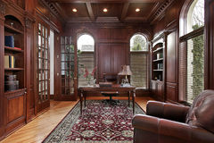 Biblioteca con el revestimiento de madera de madera de la cereza