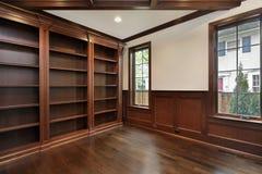 Biblioteca con il fascio di legno del soffitto Fotografia Stock Libera ...