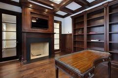 Biblioteca con la chimenea Fotos de archivo