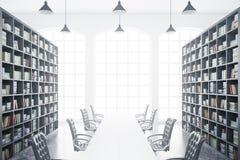Biblioteca con la mesa de reuniones Fotografía de archivo libre de regalías