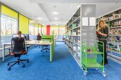 Biblioteca con la stazione di lavoro del computer Fotografie Stock
