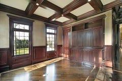 Biblioteca con las paredes artesonadas madera de la cereza Imagen de archivo