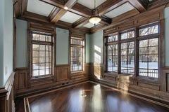 Biblioteca con las vigas de madera del techo Fotos de archivo