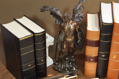 Biblioteca con los libros antiguos viejos fotos de archivo