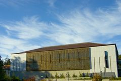 Biblioteca contra el cielo nublado Imagen de archivo libre de regalías