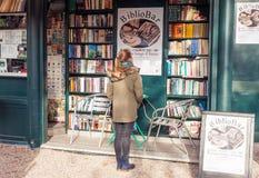 Biblioteca d'annata libera del libro della via nella capitale italiana Roma immagine stock libera da diritti