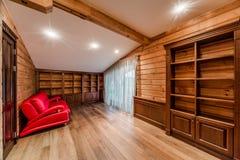 Biblioteca da cabana rústica de madeira Fotos de Stock