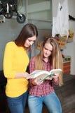 Biblioteca da universidade bonita dos estudantes fêmeas Foto de Stock Royalty Free