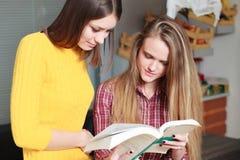 Biblioteca da universidade bonita dos estudantes fêmeas Imagens de Stock