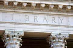 A BIBLIOTECA das letras em um edifício da universidade Fotografia de Stock Royalty Free