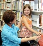 Biblioteca de escola - escolhendo o livro Imagem de Stock Royalty Free