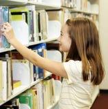 Biblioteca de escuela - estantes Fotos de archivo