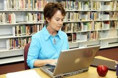 Biblioteca de escuela - investigación foto de archivo libre de regalías
